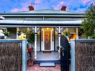 Gorgeous Symmetrical Cottage with rear access! - Queenstown