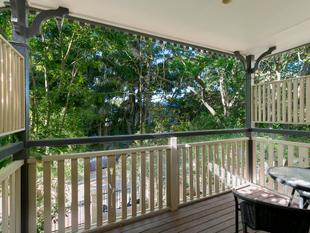 Split Level Townhome with Flare! Entertainers Dream! - Yeronga