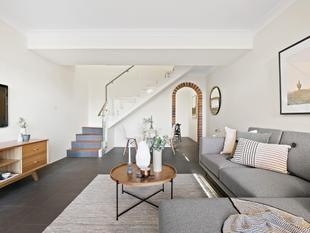Stylish townhouse with lock-up garage - Newtown