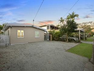 RENOVATED BEACH HOUSE  - WALK TO WATER! - Deception Bay
