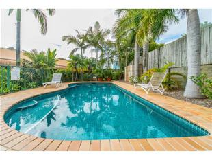 IMMACULATELY PRESENTED DUPLEX IN SECURE COMPLEX - Coombabah
