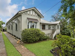 CHARMING QUEENSLANDER ON 1012SQM WITH COMPLETE CITY VIEWS - Corinda