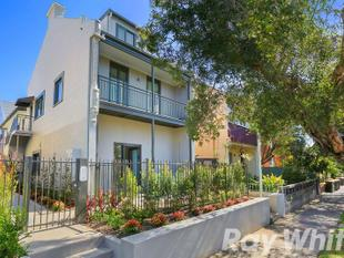 NEAR NEW EXECUTIVE APARTMENT IN SMALL BOUTIQUE BLOCK. - Marrickville