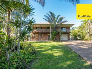 Great Value Here! -  2 Storey 4 Bedroom Family Home with In-ground Pool at the Beach - Moore Park Beach
