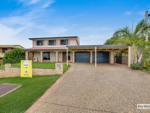 Family sized living with great sea views! - Taranganba
