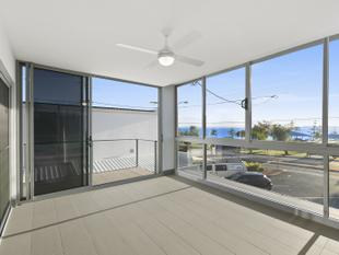 Water views, brilliant balcony space - Woody Point