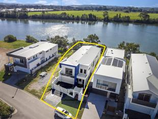 North Facing Architecturally Designed Home  12m Marina Berth Included! - Helensvale