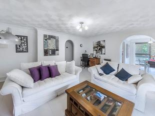RENOVATED UNIT IN CENTRAL CLAYFIELD - Clayfield