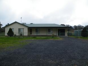 NEAT & TIDY LARGE THREE BEDROOM HOME ON ACRES - Wallabadah
