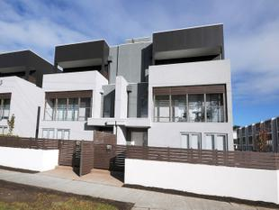 EXECUTIVE LIVING:    NEAR NEW   WALK TO SHOPS AND BEACH:   ROOF TOP ENTERTAINING: - Mornington