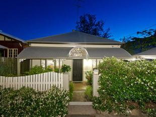BEAUTIFUL QLDER BUILT AROUND 1890 - TOTALLY RENOVATED WITH MAGNIFICENT CITY VIEWS - Red Hill