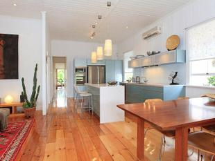A CHARMING AND SPACIOUS FAMILY HOME IN GREENSLOPES!! - Greenslopes