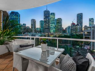 STRIKING VISUAL APPEAL - VIEW SAT 10 - 10.45AM - Kangaroo Point