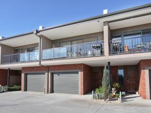 MODERN AND PART FURNISHED TOWNHOUSE IN A GREAT LOCATION - Chadstone