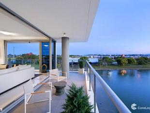 OPULENT LIVING, SURROUNDED BY WATER VIEWS - Biggera Waters